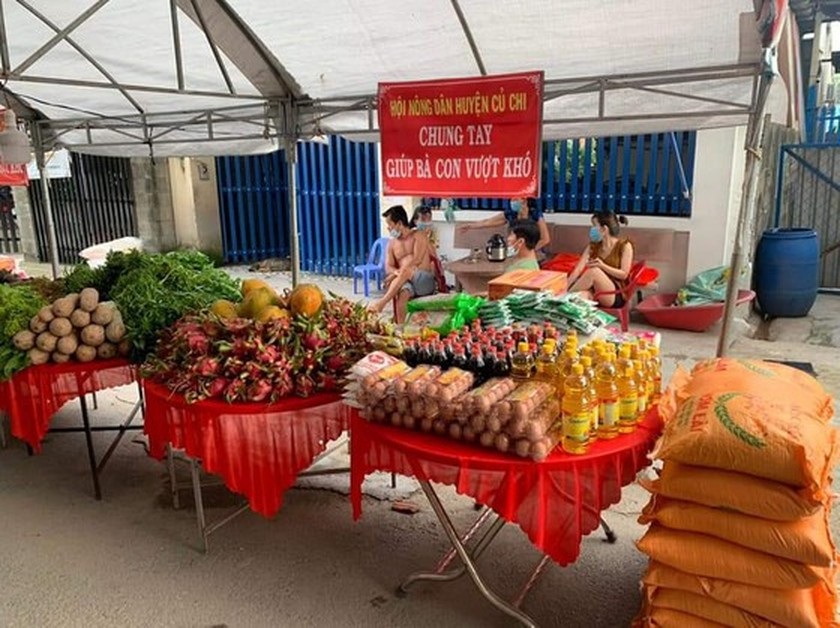 Charitable activities supporting needy people hit by pandemic held citywide ảnh 3