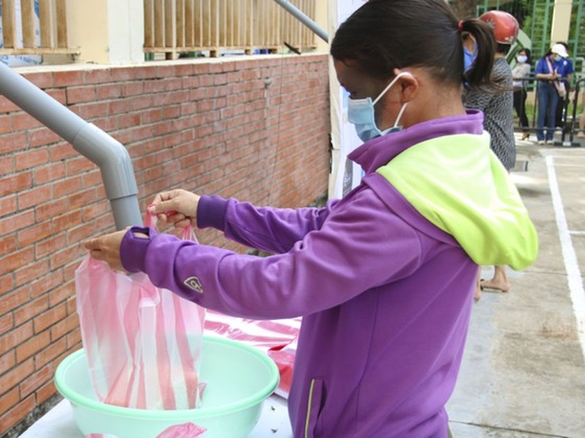 Charitable activities supporting needy people hit by pandemic held citywide ảnh 4