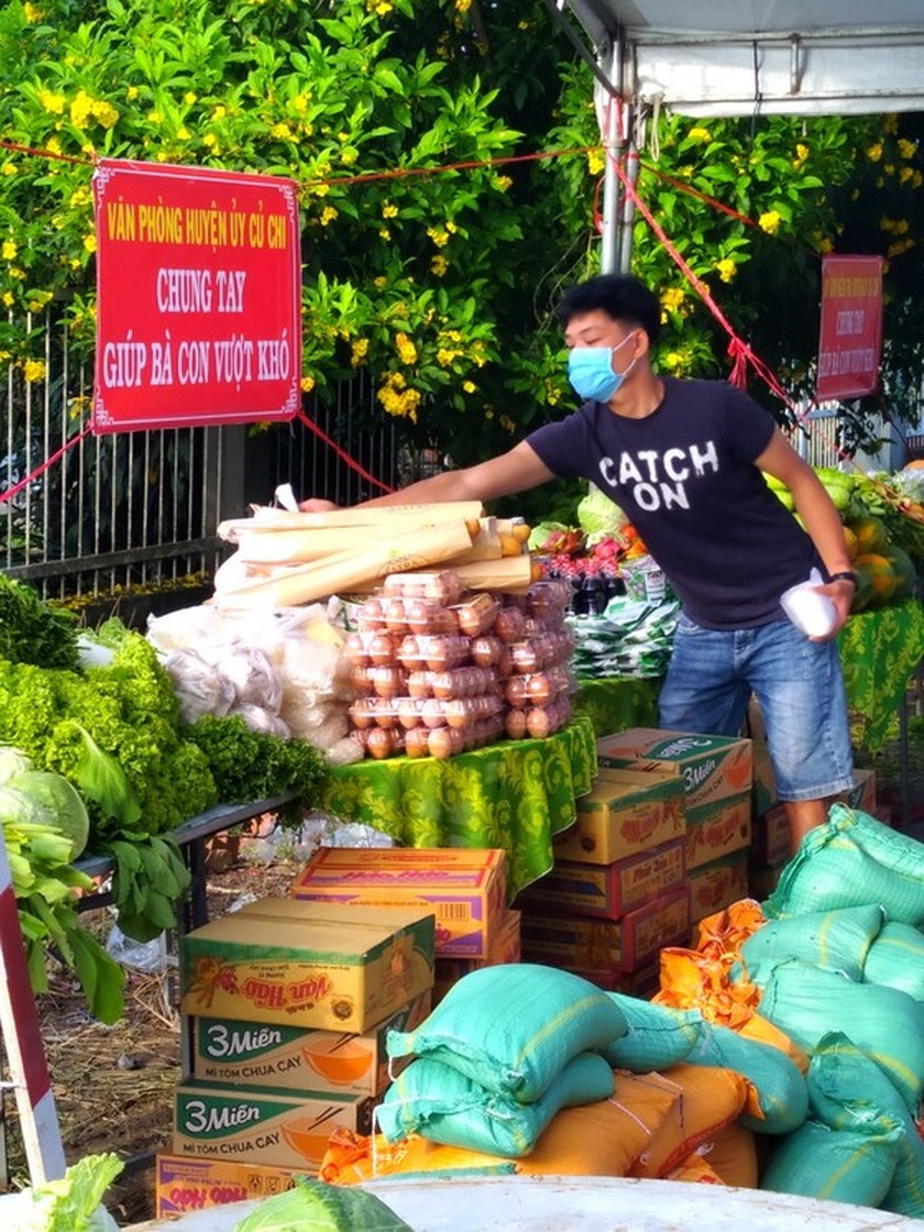 Charitable activities supporting needy people hit by pandemic held citywide ảnh 5