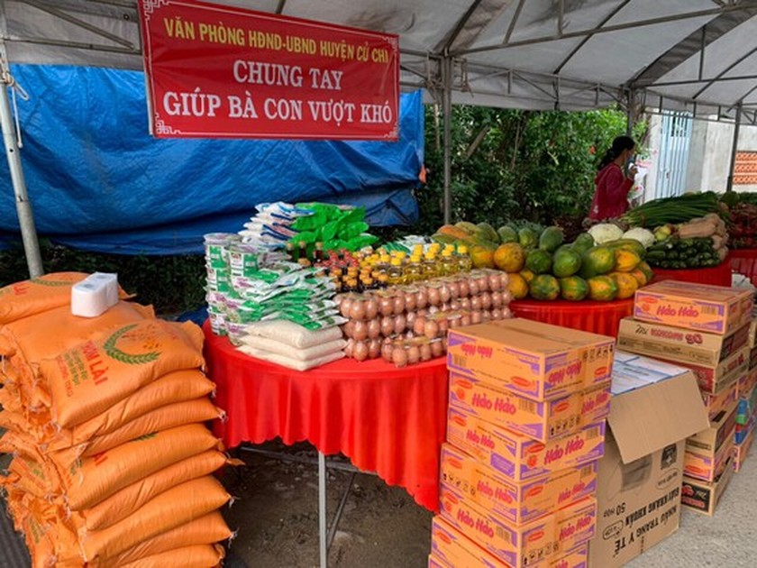 Charitable activities supporting needy people hit by pandemic held citywide ảnh 7
