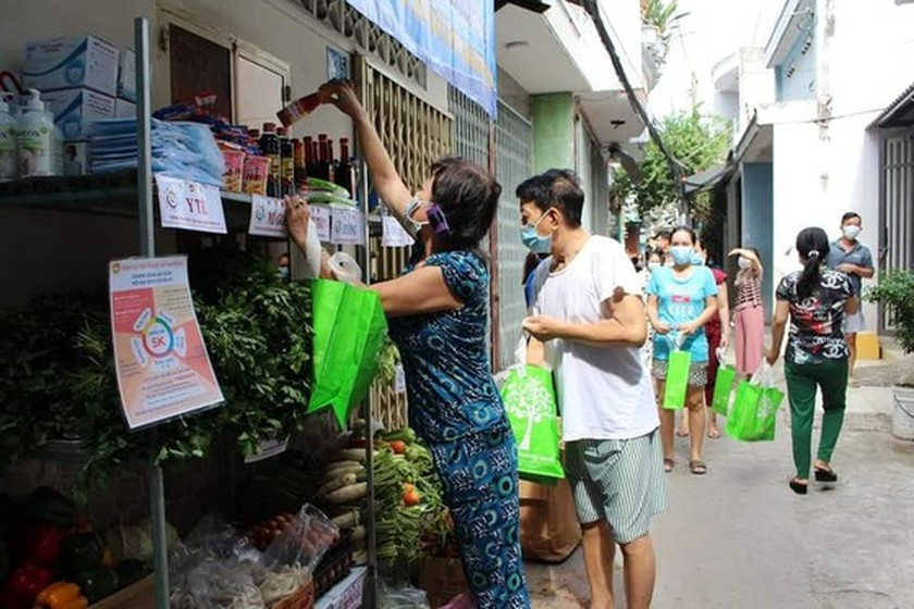 Charitable activities supporting needy people hit by pandemic held citywide ảnh 1