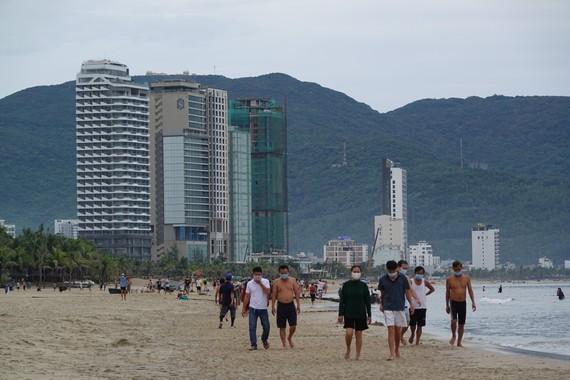 Da Nang imposes a ban on swimming at public beaches ảnh 1