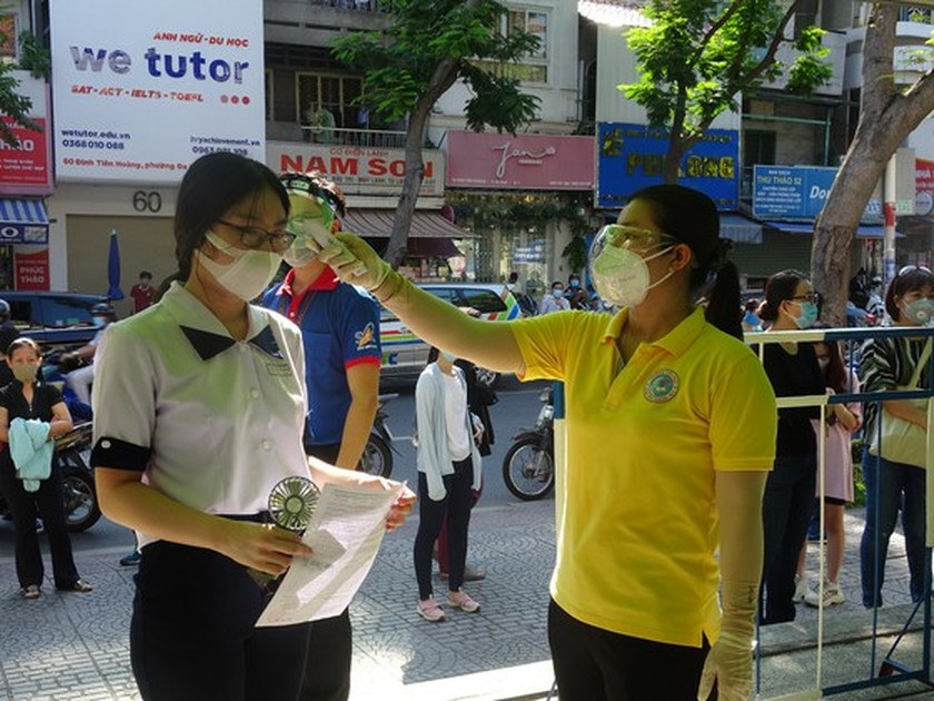 Over 95 pct of HCMC's students tested for Covid-19 before national examination ảnh 7