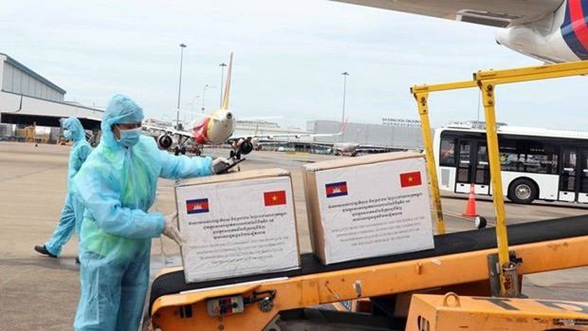 Cambodia grants face masks, oxygen to support HCMC's Covid-19 fight ảnh 2