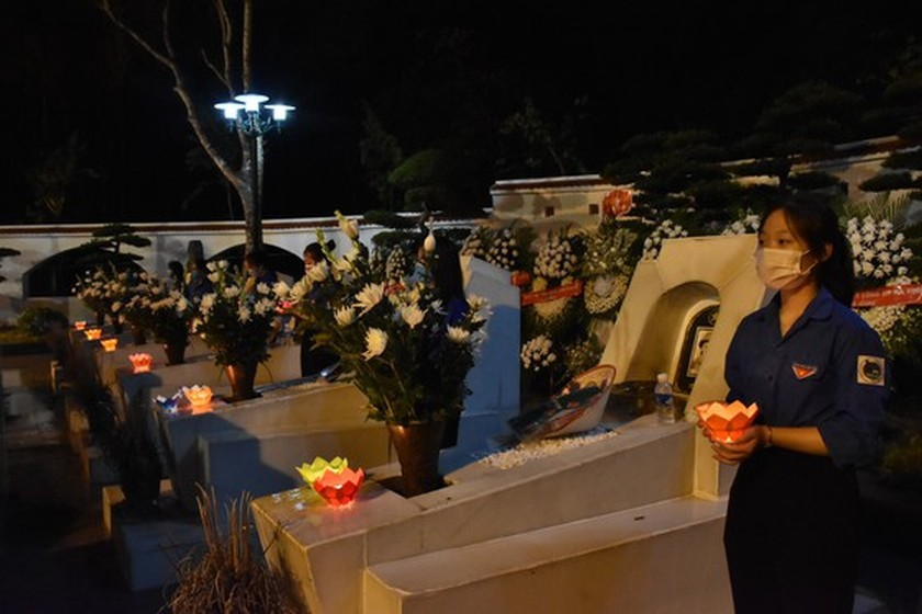 Ha Tinh's youth lights candles in commemoration of heroic martyrs ảnh 3