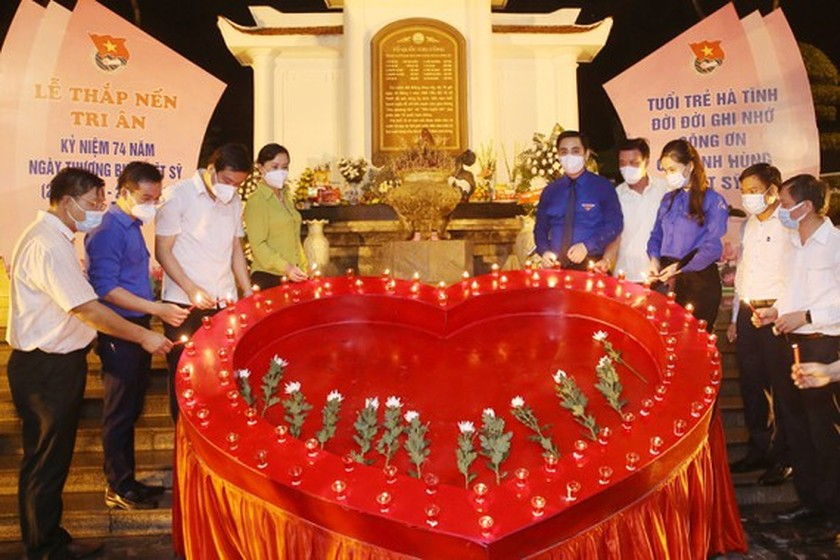 Ha Tinh's youth lights candles in commemoration of heroic martyrs ảnh 1