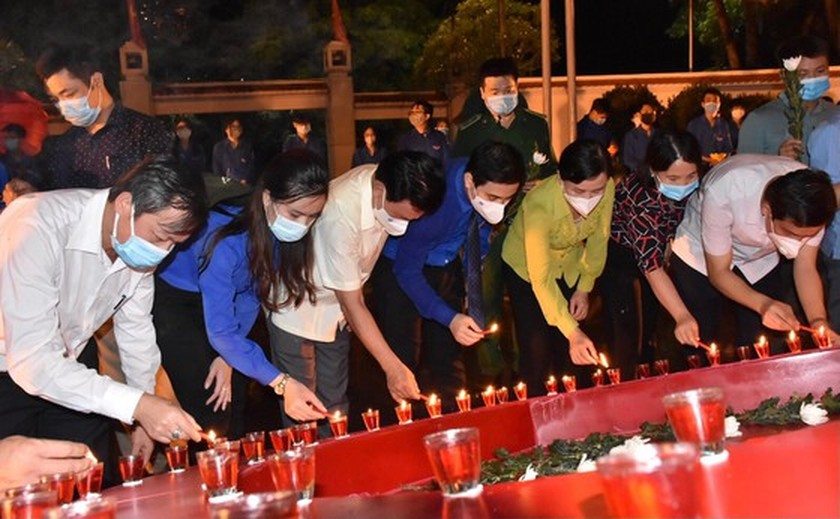Ha Tinh's youth lights candles in commemoration of heroic martyrs ảnh 4
