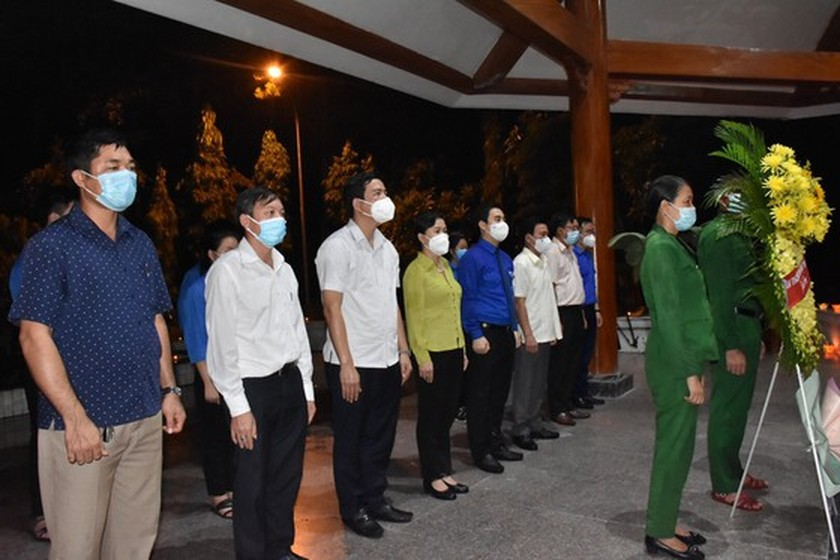 Ha Tinh's youth lights candles in commemoration of heroic martyrs ảnh 2