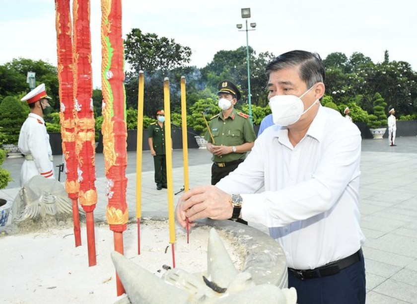 HCMC leaders pay respect to national heroes, martyrs ảnh 5
