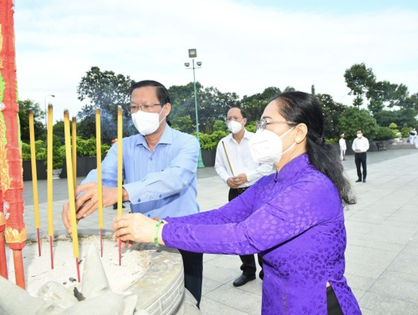 HCMC leaders pay respect to national heroes, martyrs ảnh 6