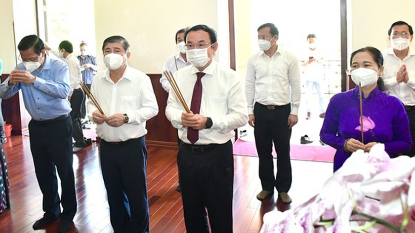 HCMC leaders pay respect to national heroes, martyrs ảnh 7