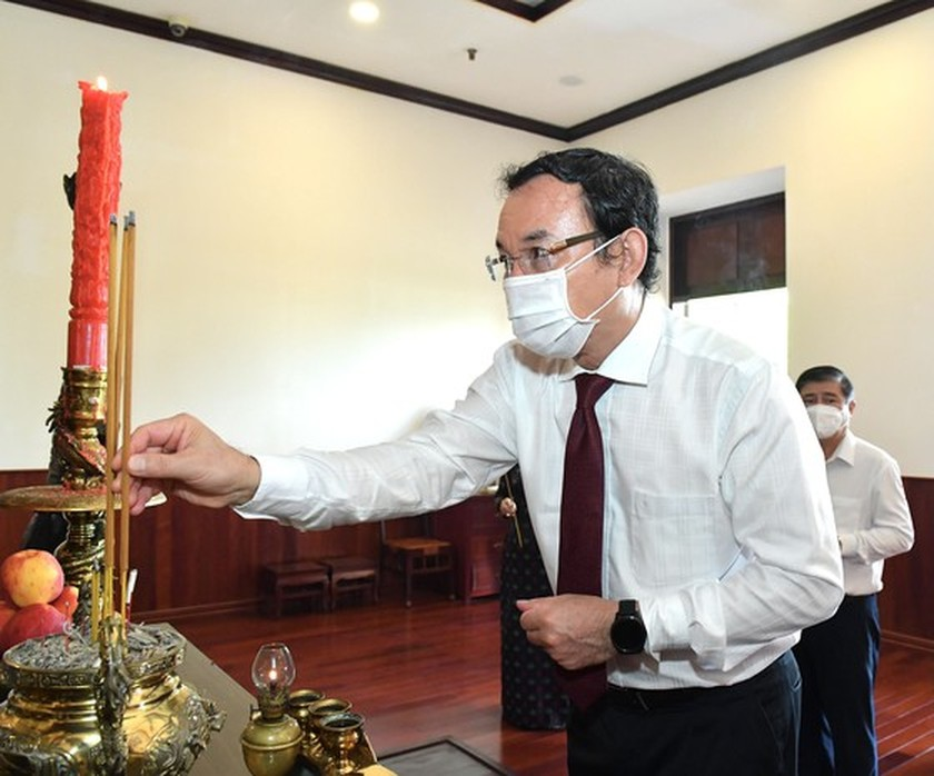 HCMC leaders pay respect to national heroes, martyrs ảnh 8