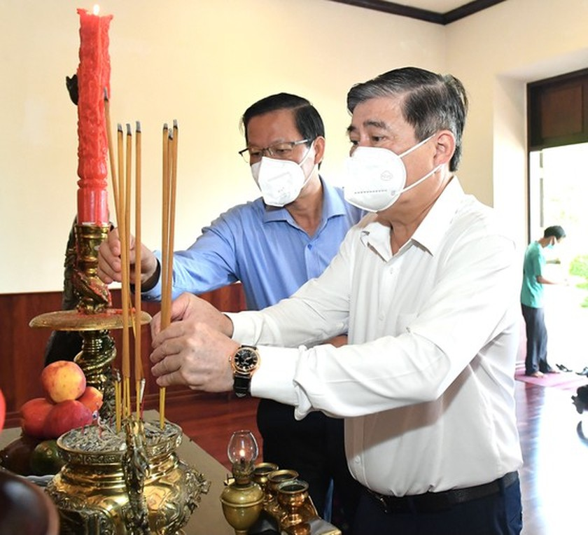 HCMC leaders pay respect to national heroes, martyrs ảnh 9