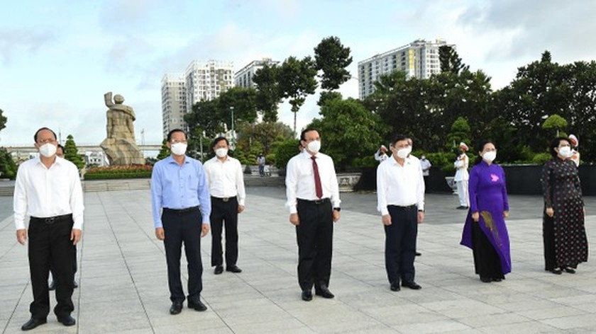HCMC leaders pay respect to national heroes, martyrs ảnh 3