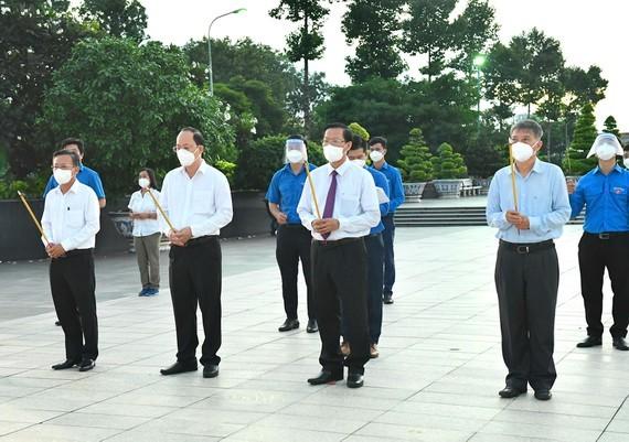 HCMC leaders extend gratitude to war martyrs ảnh 1
