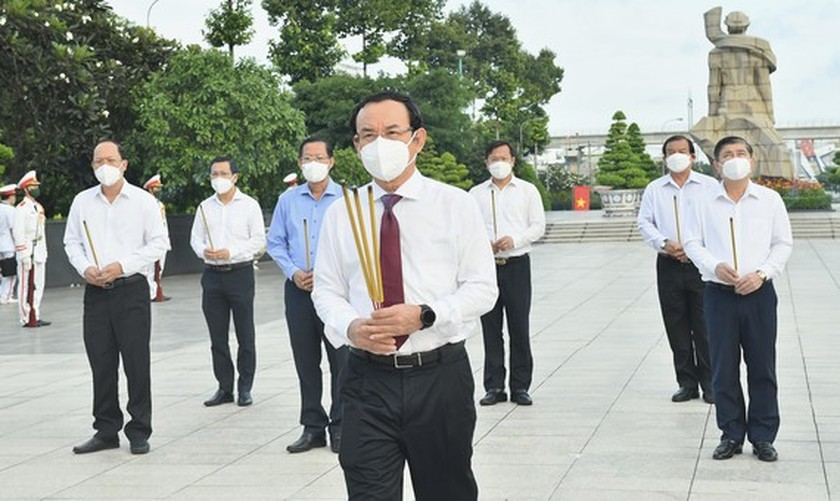 HCMC leaders pay respect to national heroes, martyrs ảnh 1