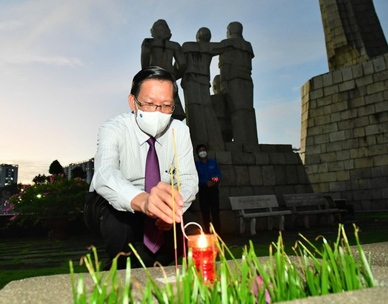 HCMC leaders extend gratitude to war martyrs ảnh 2