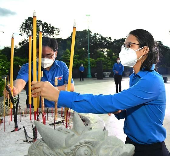 HCMC leaders extend gratitude to war martyrs ảnh 4