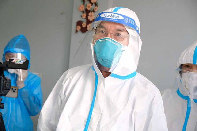 HCMC Party Chief visits confirmed Covid-19 cases in field hospital ảnh 1