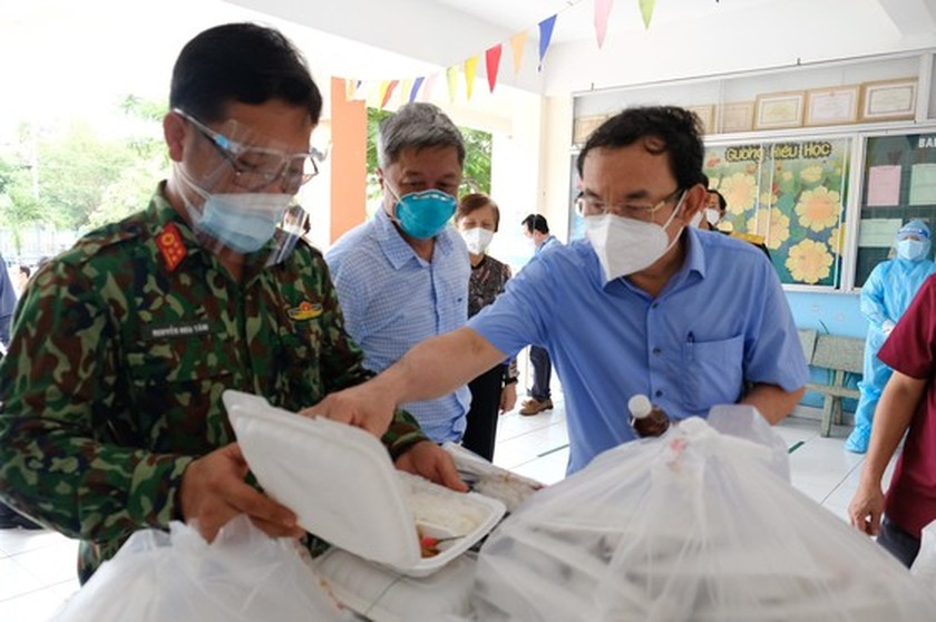 HCMC Party Chief visits confirmed Covid-19 cases in field hospital ảnh 9