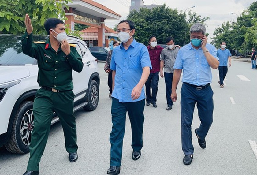HCMC Party Chief visits confirmed Covid-19 cases in field hospital ảnh 4