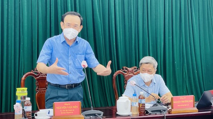 HCMC Party Chief visits confirmed Covid-19 cases in field hospital ảnh 6