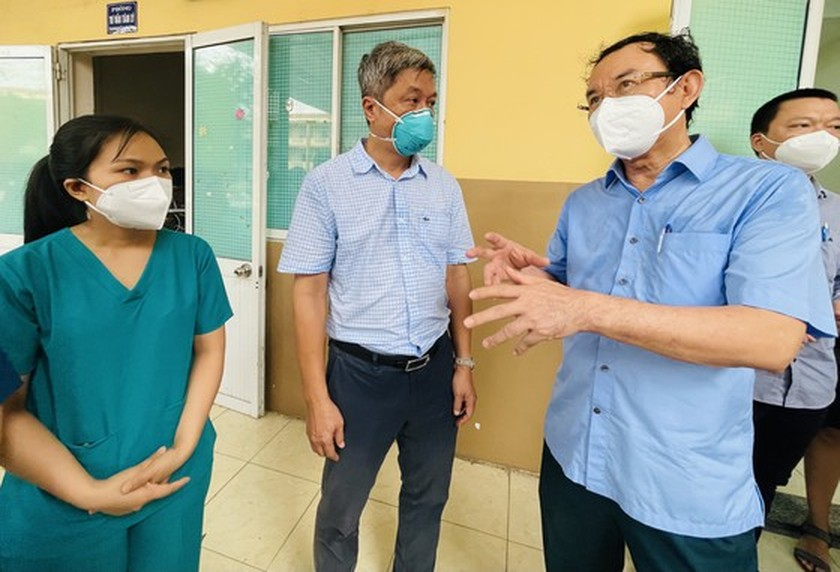 HCMC Party Chief visits confirmed Covid-19 cases in field hospital ảnh 10