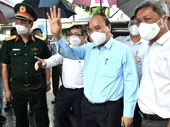 State President visits pandemic-stricken HCMC ảnh 5