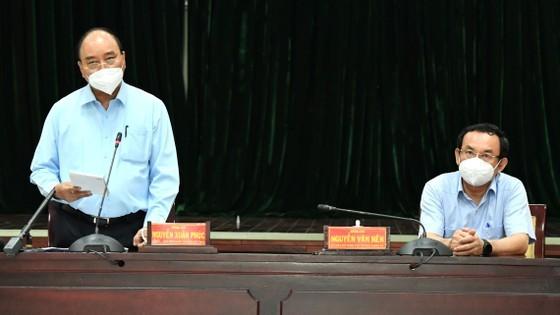 State President visits pandemic-stricken HCMC ảnh 2