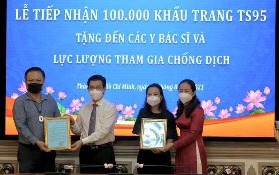 Overseas Vietnamese entrepreneurs present 100,000 TS95 masks to HCMC ảnh 3