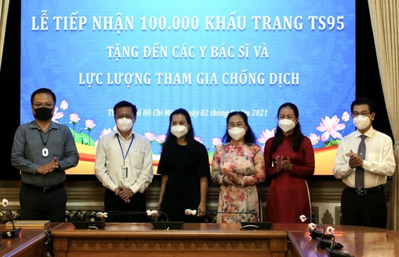 Overseas Vietnamese entrepreneurs present 100,000 TS95 masks to HCMC ảnh 1
