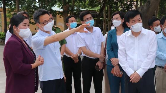 Deputy PM inspects treatment of Covid-19 patients in Binh Phuoc's field hospital ảnh 1