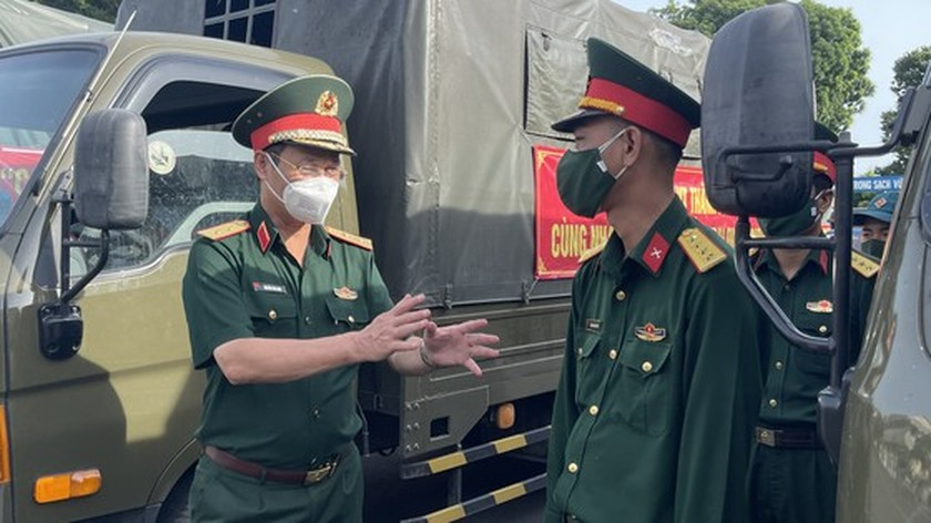 HCMC High Command presents 100,000 Covid-19 relief aids to needy people ảnh 8