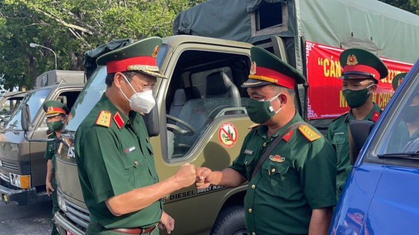 HCMC High Command presents 100,000 Covid-19 relief aids to needy people ảnh 9