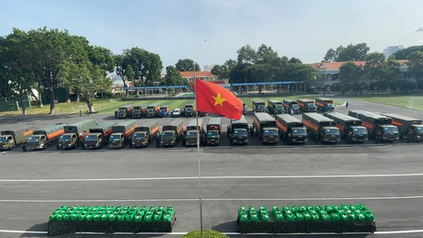 HCMC High Command presents 100,000 Covid-19 relief aids to needy people ảnh 6