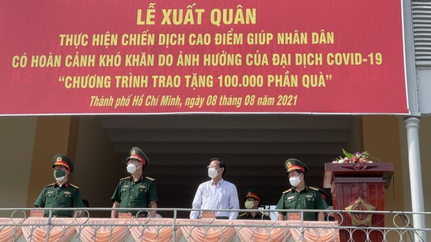 HCMC High Command presents 100,000 Covid-19 relief aids to needy people ảnh 1