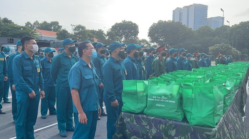 HCMC High Command presents 100,000 Covid-19 relief aids to needy people ảnh 7