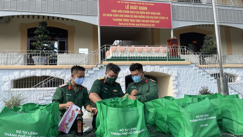 HCMC High Command presents 100,000 Covid-19 relief aids to needy people ảnh 3