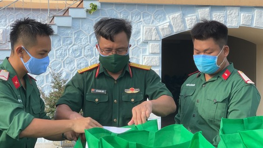 HCMC High Command presents 100,000 Covid-19 relief aids to needy people ảnh 4