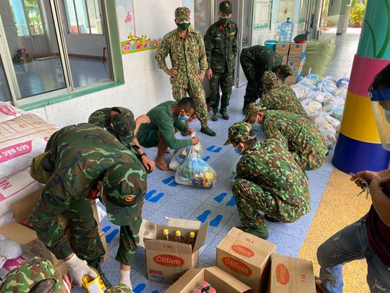 Troopers, public servants deliver groceries to people's doorstep ảnh 1
