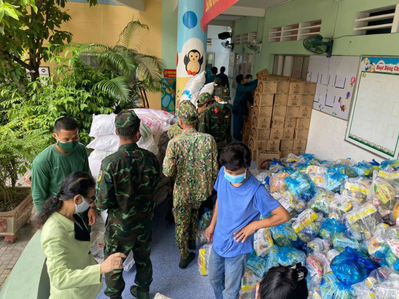 Troopers, public servants deliver groceries to people's doorstep ảnh 3