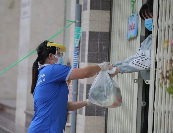 Troopers, public servants deliver groceries to people's doorstep ảnh 4