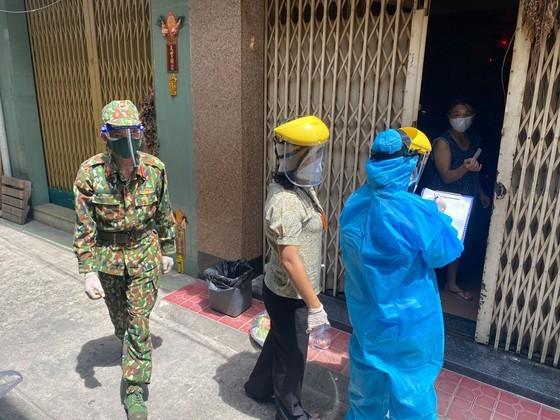 Troopers, public servants deliver groceries to people's doorstep ảnh 5