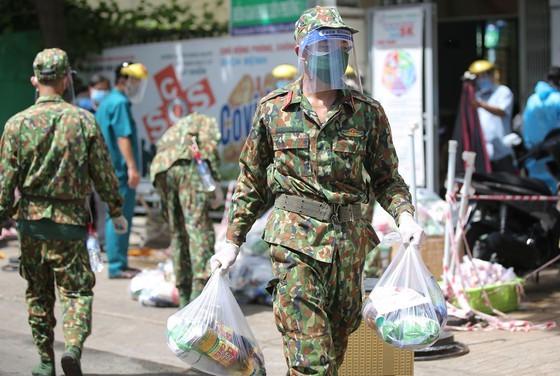 Troopers, public servants deliver groceries to people's doorstep ảnh 6