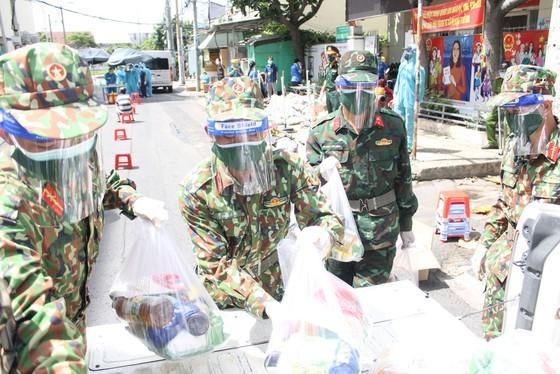Troopers, public servants deliver groceries to people's doorstep ảnh 7