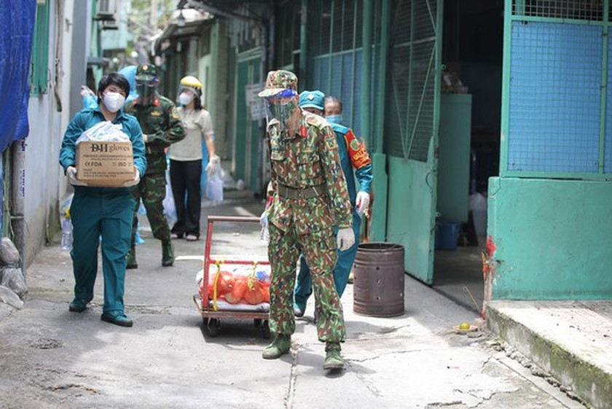 Troopers, public servants deliver groceries to people's doorstep ảnh 8