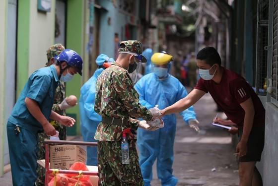 Troopers, public servants deliver groceries to people's doorstep ảnh 9