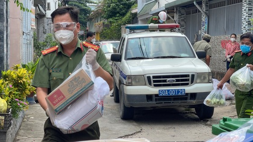 HCMC Police hands over hundreds of tons of rice, essential goods to needy people ảnh 10