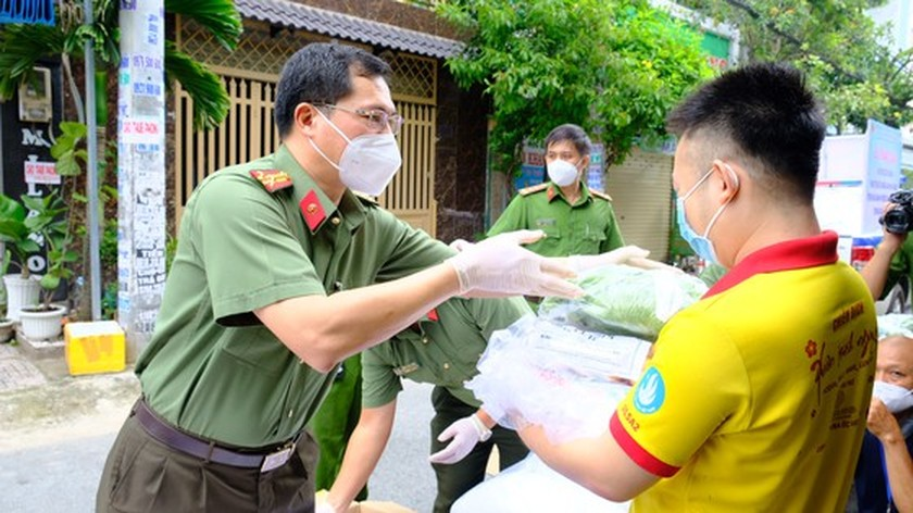 HCMC Police hands over hundreds of tons of rice, essential goods to needy people ảnh 11