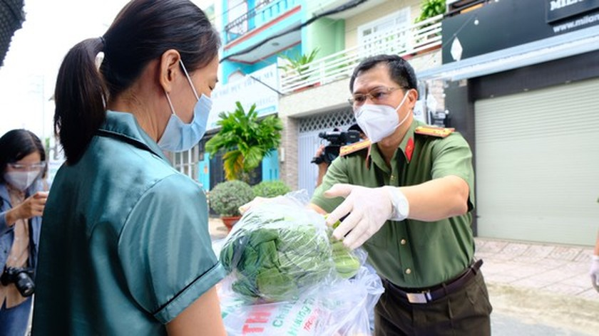 HCMC Police hands over hundreds of tons of rice, essential goods to needy people ảnh 12